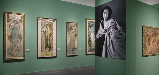 Nové výstavy v Praze: Muchovy plakáty v pohybu i výstava bez umělého světla