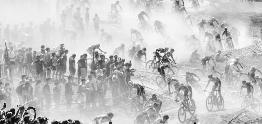 Horští cyklisté mizející v prachu zvítězili v soutěži Sportovní fotografie roku 2019