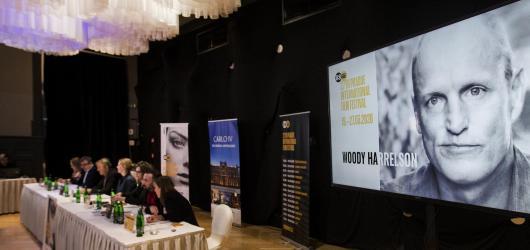 Febiofest otevře snímek Šarlatán. Do Prahy přijedou Woody Harrelson nebo Hirokazu Kore-eda