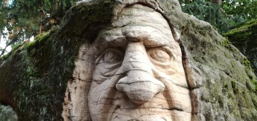 Výlety s dětmi: Do Brniště za pohádkovými sochami ve skalách i land artem