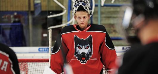Smečka podává střízlivý pohled na šikanu mezi mladými hokejisty, byť se nevyhnula stereotypům
