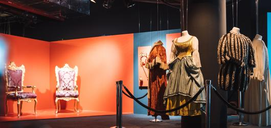 Filmové kostýmy, první vydání Babičky i tematické pokojíčky ukazuje výstava Svět pohádek Boženy Němcové