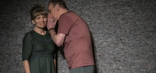 Pošeptej mi to znovu, Harolde! Divadlo Kampa uvádí hru o manželském páru na rozcestí