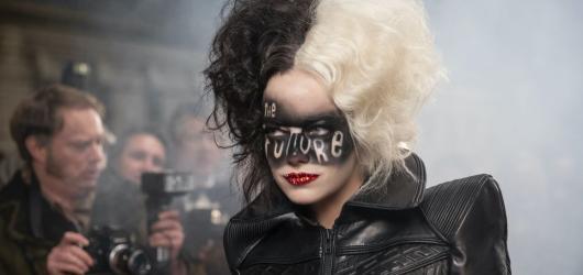 Hravé padoušství má novou tvář. Cruella je tím nejlepším základním kamenem pro návrat diváků do kin