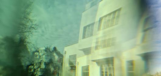 Do snivých obrazů Winternitzovy vily zve inscenace pro jediného diváka Bílý obraz