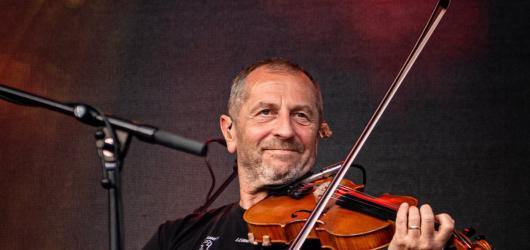 Karel Holas z Čechomoru oslaví šedesátiny online koncertem