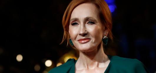 Rowlingová se vrací k dětské knize. Na podzim vydává i v češtině Vánoční prasátko