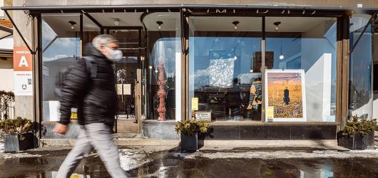PechaKucha instalovala do výloh pražských kaváren sochy, fotografie i malby dvacítky umělců