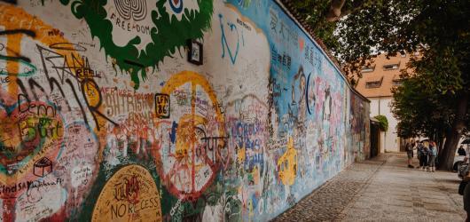 Lennonova zeď otvírá na víkendy nové muzeum