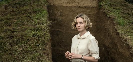 Vykopávky. Fiennes a Mulligan jako archeologičtí spojenci v překvapivě záživném historickém dramatu