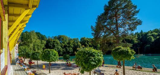 Zaplavat si v lese nebo jako za první republiky. Kam na nejhezčí koupaliště v Česku?