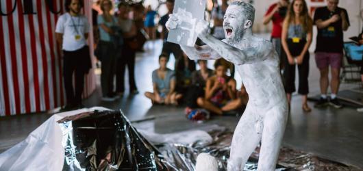 Příští Pražské Quadriennale zamíří na holešovickou tržnici s tématem RARE