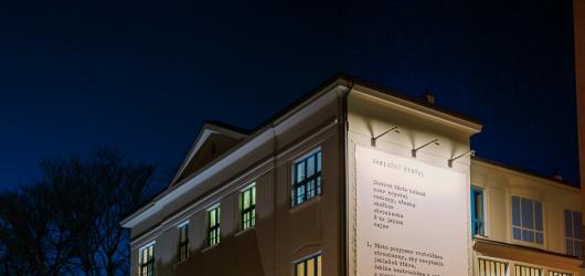 Krištof Kintera zahájil výstavní činnost venkovní Galerie Vzlet v pražských Vršovicích