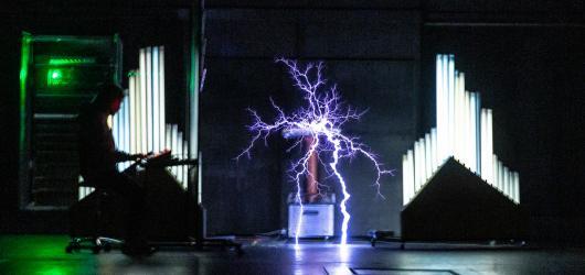Hrátky s Teslou. Inscenace pro tři herce a elektřinu