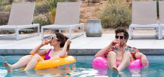 Nudná svatba donekonečna. Tvůrci letního hitu Palm Springs zveřejnili scénář