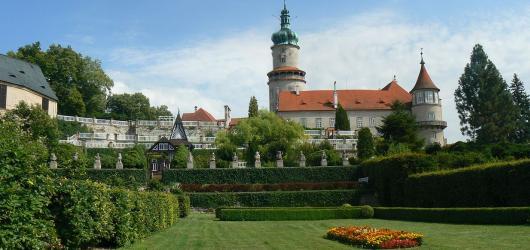 Pověsti z hradů a zámků: Královéhradeckým krajem za poklady, černou a bílou paní i tajemným přízrakem v černém plášti