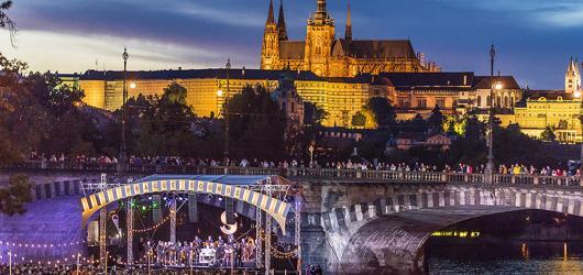 Hudba unášená proudem. Prague Sounds na plovoucí scéně v centru metropole předznamenají Struny podzimu