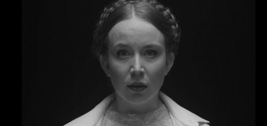 Černobílá Zrcadla ve tmě portrétují mladou generaci poeticky, ale bez servítek
