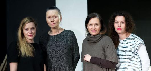 Čtyři generace žen v bouřlivém dvacátém století. Divadlo Mana přináší hru o střetu matek a dcer