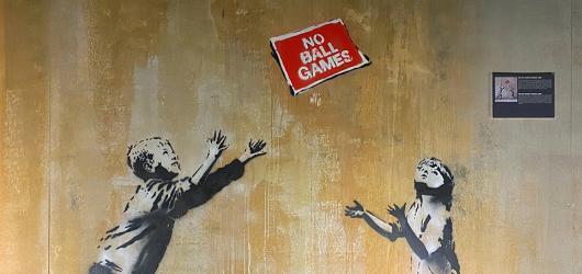 Banksyho zasmušilé komentáře k dnešku souzní s odsvěceným pražským chrámem
