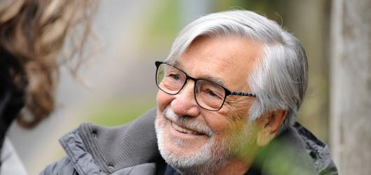 Jiří Bartoška v milostném trojúhelníku. Teaser láká na novou komedii Zbožňovaný