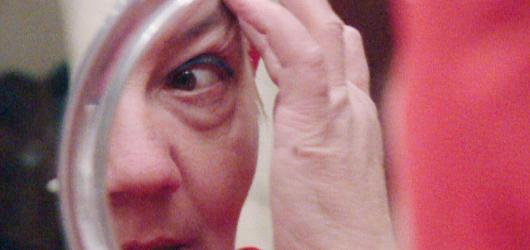 Řízná babička, co postává v Perlovce. Anny nabízí chmury bez šokujících momentů