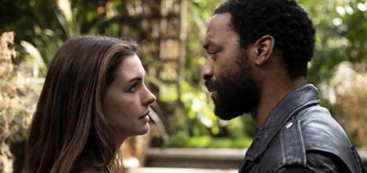 Anne Hathawayová a Chiwetel Ejiofor uvízlí v karanténě. Novinka Locked Down z HBO Max má trailer