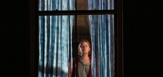 Agorafobička zahlédne z okna brutální zločin. Hvězdně obsazený thriller s Amy Adams má trailer