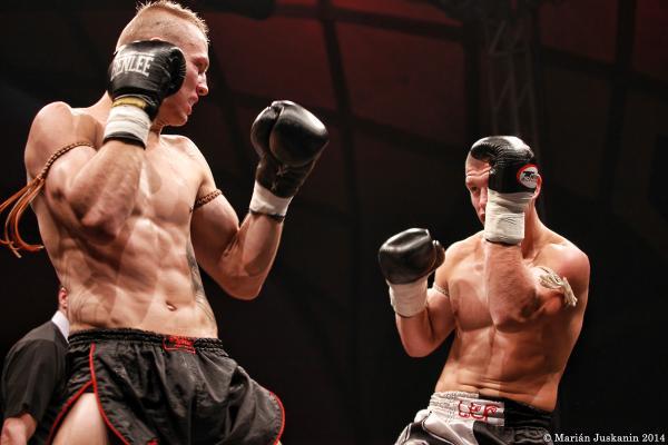 V pátečním programu se předvedli i elitní thajští boxeři.V hlavním zápase večera vyhral Lukáš Dvořák(vpravo) nad Ivo Zedníčkem