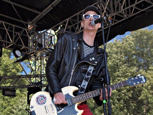 Letošní ročník odstartovala holýšovská metalová banda Interloud. Hned po nich vlítli na stage punkové The Fialky.