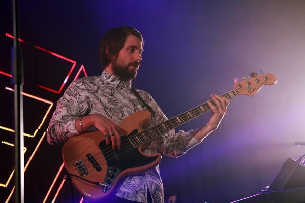 Basista a kytarista Mikey Goldsworthyho z Years & Years