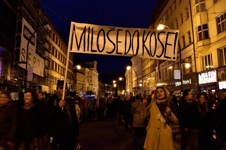 Jaký byl 17. listopad v centru Prahy? Národní třídu zabrali studenti, Václavak rozezněl Koncert pro budoucnost