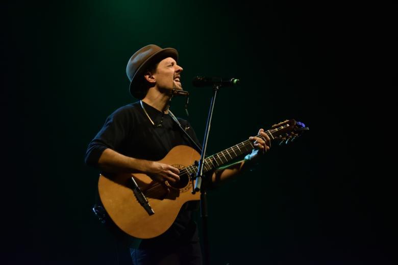 Držitel Grammy Jason Mraz zahrál v Praze. S sebou dovezl jen svou kytaru a výjimečné písničkářské umění