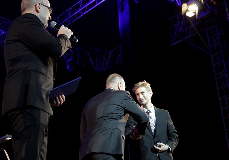Michal Dvořák předal cenu mladému skladateli Matyášovi Vonzovi. Foto: Adam Skalník