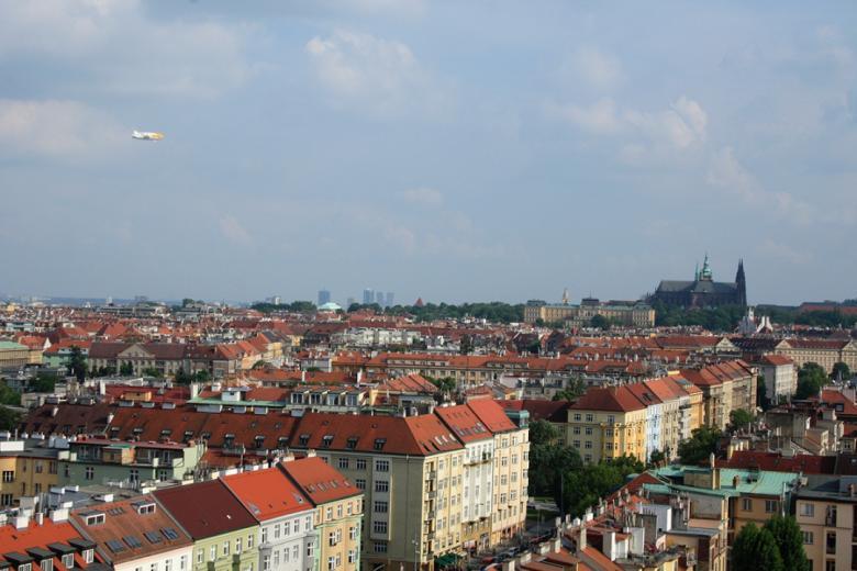 Střešní terasa hotelu International nabízí neobvyklé výhledy na pražské panorama. (Foto: Adam Skalník)