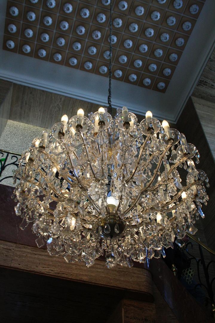Krásné lustry zdobí hotel International na každém kroku. (Foto: Adam Skalník)