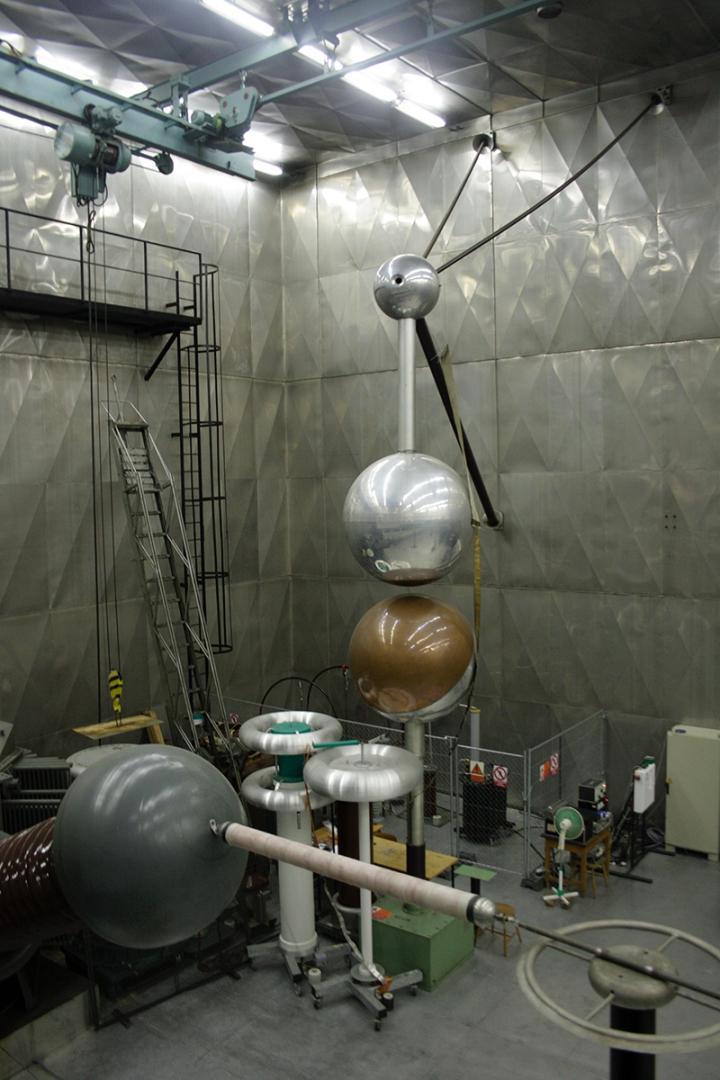 Fanoušci energetiky mohli navštívit napěťovou laboratoř na FEL ČVUT v Dejvicích. (Foto: Adam Skalník)