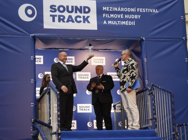 Ředitel festivalu Michal Dvořák představuje ocenění Soundtrack Poděbrady. Foto: Adam Skalník