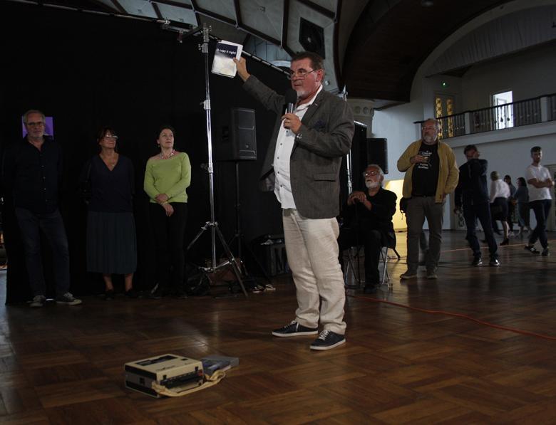 Jeden z prvních tvůrců videoartu Petr Vrána na vernisáži výstavy. Foto: Kristýna Čtvrtlíková